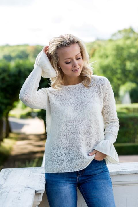 Tröja Filippa - feminin tröja med vackert spetsmönster och volangärm naturvit