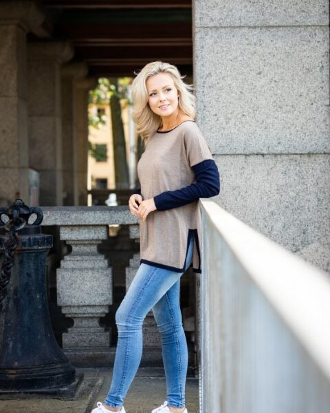 Tröja Jennie - en oversize modell med sits i sidan beige och marinblå