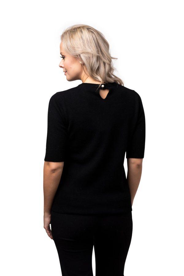Tröja kortärm Linn - klassisk kashmirtröja med pärlemoknapp svart