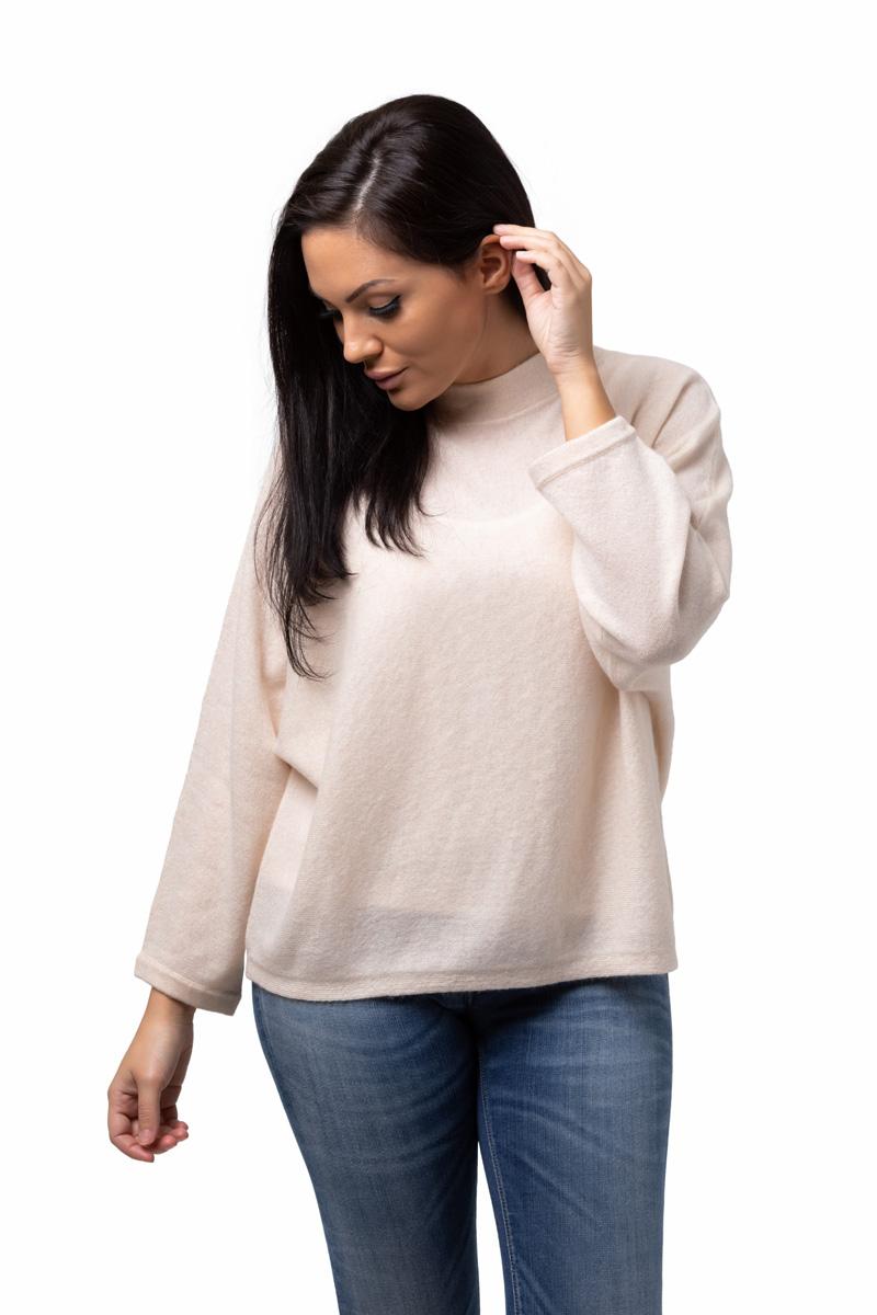 Tröja Julia - trendig kashmirtröja med högre halskant krämvit