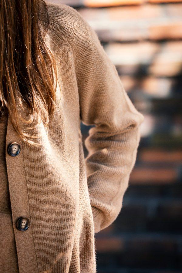 Kofta Alicia - v- ringad kofta med knappar och fickor nougat